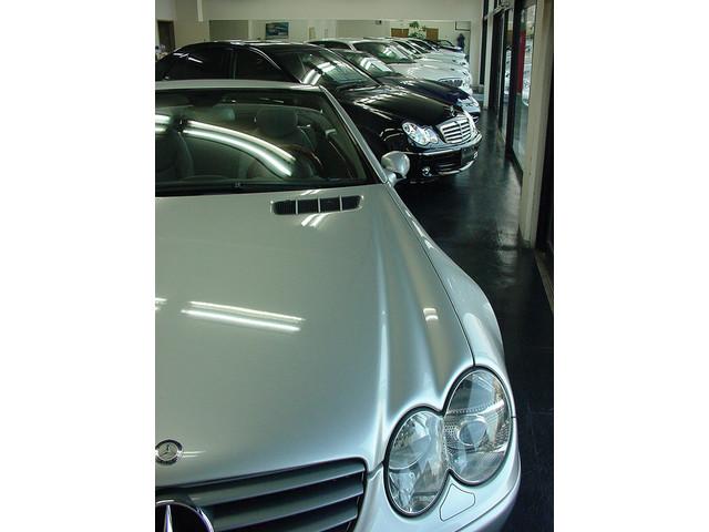 白と黒を基調とした当社ショールームには、自信あるGoodコンディションな輸入車を揃えております。新型から、貴重なモデルまで最高のコンディションを保ちます。全面ガラス張りの外観も素敵ですョ!