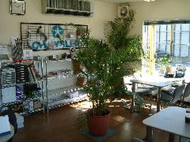 明るい商談室には、メンテナンスパーツやカスタムパーツも豊富に展示しています。