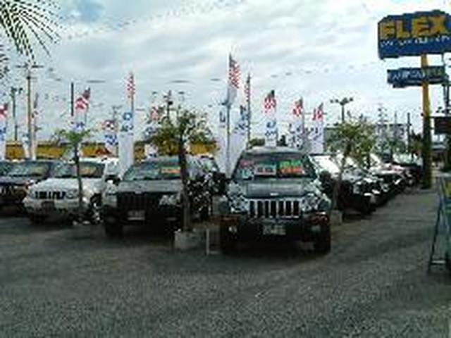 """展示場には沢山の""""Jeep""""を取り揃えお客様のご来店をお待ちしております。"""