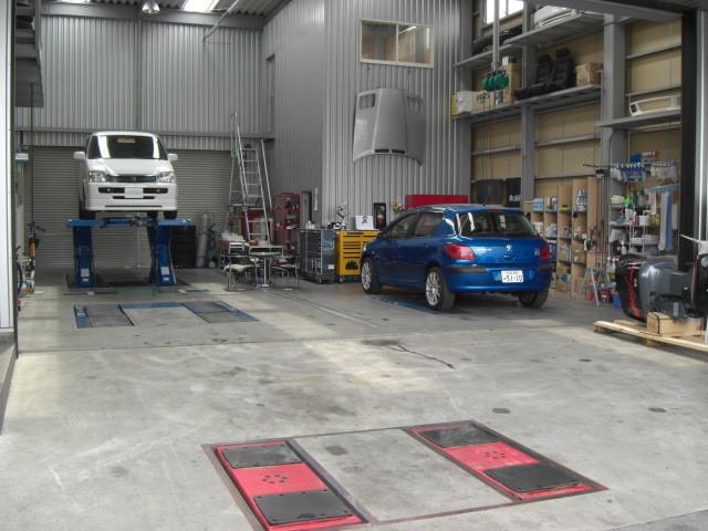 広々したピットは工作室 特殊工具  リフト4台完備 外車 国産の点検整備 修理 ドレスアップ お車の事ならおまかせ下さい自慢のピットにて承ります。