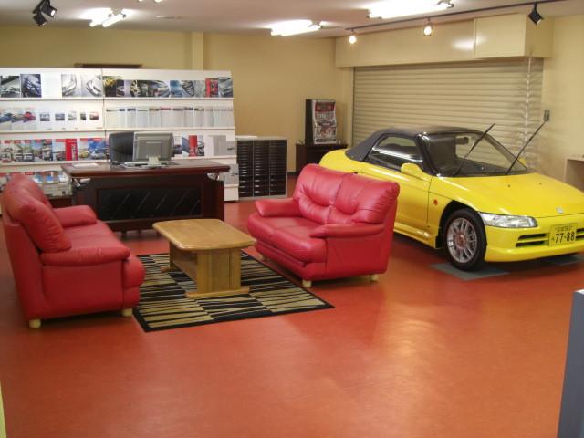 2F商談スペースはビート君がお出迎え 現行モデルから旧モデルまで豊富なカタログも多数ご用意しております お車の事なら何なりとお申し付け下さい。