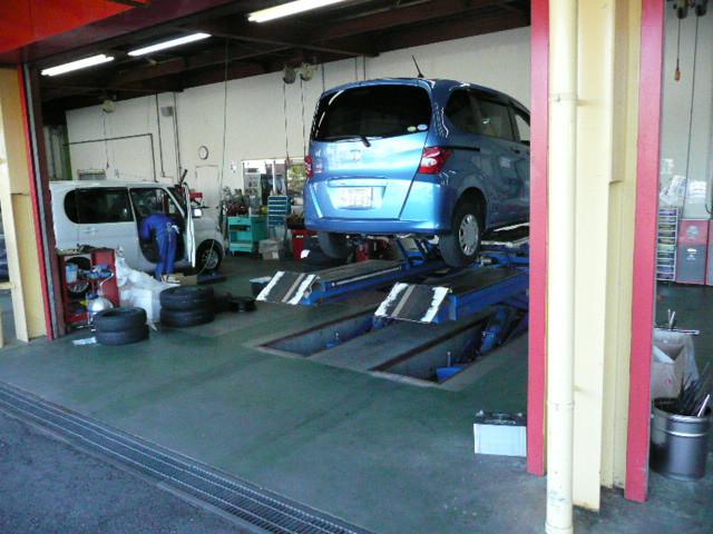 オイル交換から車検整備までお店で行っております。納車時の整備も自社工場で対応します。